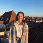 Bewoonster Robin (22) op haar dak.
