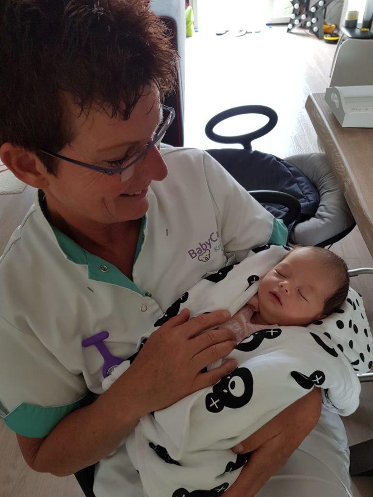 Kraamverzorgster op het werk met baby.